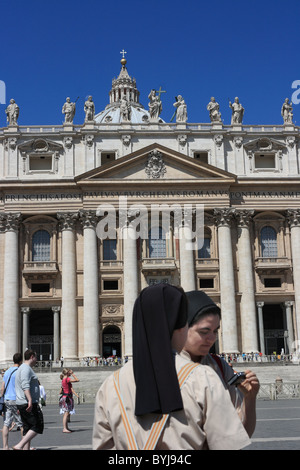 Two nuns in St. Peter's Square, Vatican City - Stock Photo
