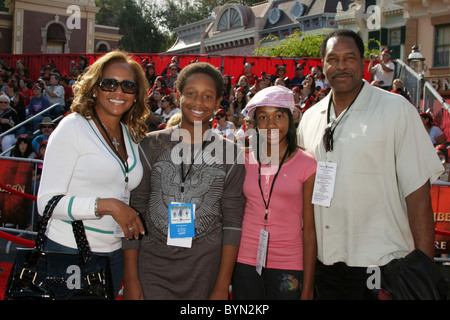 Dave Winfield and his family World Premiere of Walt Disney Pictures 'Pirates Of The Caribbean: At World's End' held - Stock Photo