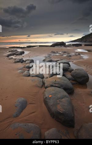 Strewn rocks across the beach at Dunraven Bay near to Southerndown on the Glamorgan Heritage Coastline. - Stock Photo