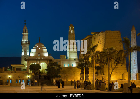 Aegypten, Luxor, Moschee des Heiligen Abu el-Haggag auf dem Gelände des Luxor-Tempels, dahinter Pylon des Luxor - Stock Photo