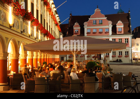 Café Hamptons in the Steuerhaus building on the market square, in the back the Grosszunft building, Memmingen - Stock Photo