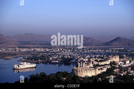 India, Rajasthan, Udaipur, Late afternoon light on the Lake Palace Hotel, City Palace and town of Udaipur - Stock Photo