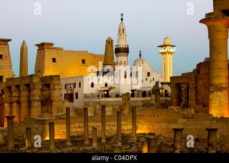 Aegypten, Luxor, Luxor-Tempel (Ipet-resit), Säulenkolonade, dahinter Moschee des Heiligen Abu el-Haggag auf dem - Stock Photo