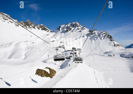 St Anton am Arlberg, Tyrol, Austria. Valfagehr chairlift above ski slopes with Schindler Spitze mountain beyond - Stock Photo
