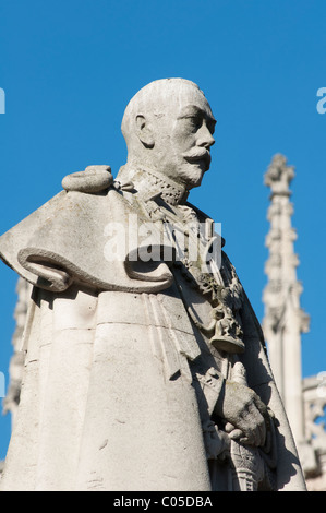 Westminster Abbey Statue of King George V in front of Eastern End enclosing the Henry VII Chapel. London, England. - Stock Photo