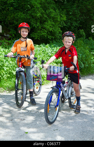 2 boys, 6 and 8 years, on a bicycle tour - Stock Photo