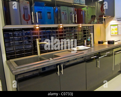Paris france modern kitchen design shops inside for Le roy merlin paris