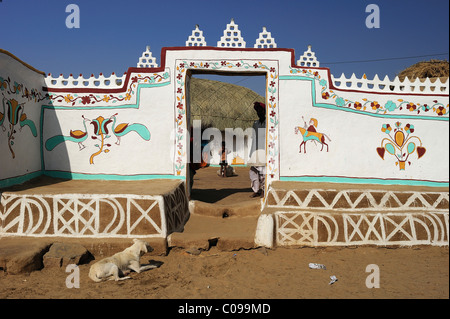 Traditionally painted wall and entrance to the courtyard of a house, Thar Desert, Rajasthan, North India, India, - Stock Photo