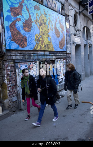 Kids going home after school on the Lower East Side, NYC. - Stock Photo