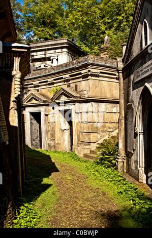 Graves on Highgate Cemetery, Graeber auf dem Friedhof in Highgate - Stock Photo
