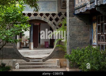Asia, China, Yunnan, Jianshui. Moongate passage in historic Zhu Family Garden. - Stock Photo