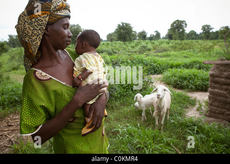 Portrait of a woman and her child in Safo, a village 15km outside Bamako, Mali, West Africa. - Stock Photo