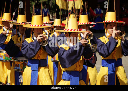 Ceremony of the guards with trumpets in front of the Deoksugung royal palace, Palace of Longevity, in the Korean - Stock Photo