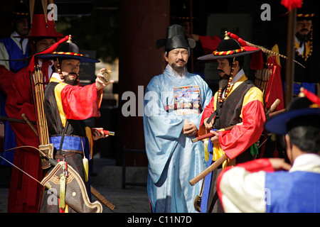 Ceremony of the guards in front of the Deoksugung royal palace, Palace of Longevity, in the Korean capital , South - Stock Photo