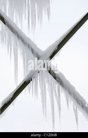Icicles hanging from steel beams of a water tower, Rheinpark, Duisburg-Hochfeld, Ruhr area, North Rhine-Westphalia - Stock Photo