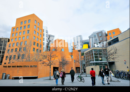 University students by The Ray and Maria Stata Center by architect Frank Gehry at top uni Massachusetts Institute - Stock Photo