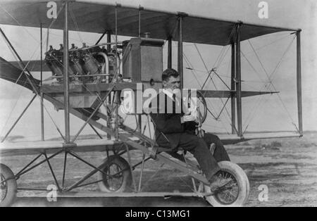 Lincoln J. Beachey 1887-1915 a celebrated American aviator and stunt pilot an in 1912 bi-plane. He performed dives - Stock Photo