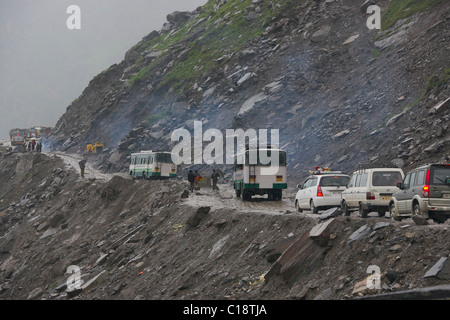 Vehicles on the Leh-Manali Highway stuck on the Rohtang Pass leading to Manali, Himachal Pradesh, India - Stock Photo