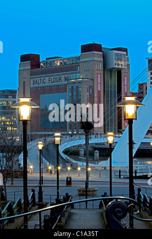A dusk view of the BALTIC Centre for Contemporary Arts on Newcastle Gateshead Quayside and Gateshead Millennium - Stock Photo