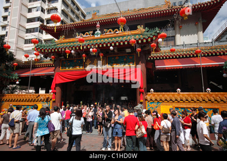 Devotees at Kwan Im Temple in Singapore - Stock Photo
