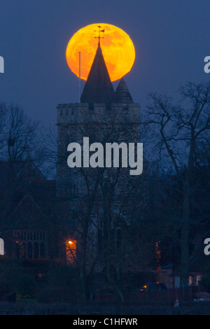 Super moon rise over Warfield Church, Warfield, Bracknell, Berkshire, UK - Stock Photo