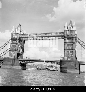 1950s. London.  A photograph by J Allan Cash of Tower Bridge and the River Thames as it was in this era. - Stock Photo