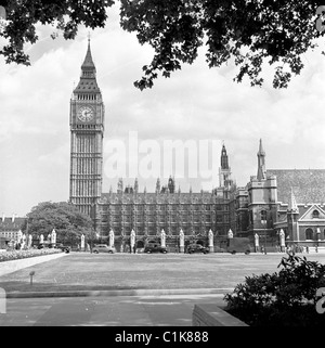 London, 1950s. A photograph by J Allan Cash of the lawn in front of the Houses of Parliament. - Stock Photo