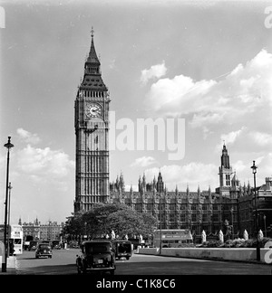 London, 1950s. A photograph by J Allan Cash of the famous clock tower housing Big Ben, which looks over the Houses - Stock Photo