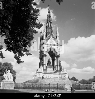 London, 1950s. A photograph by J Allan Cash of the Albert Memorial in Hyde Park. - Stock Photo
