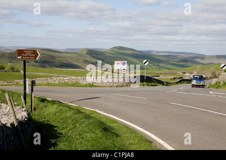 England, Derbyshire, Winnats Pass, Peak District National Park, car on road to Castleton Junction - Stock Photo