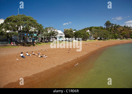 Sun bathers on the beach, Russell, Bay of Islands, Northland, North Island, New Zealand - Stock Photo