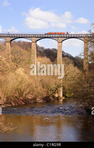 Narrowboat on Pontcysyllte Aqueduct carrying Llangollen Canal across River Dee valley seen from below. Froncysyllte - Stock Photo