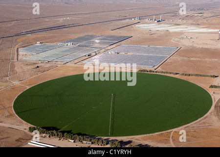 CENTER PIVOT IRRIGATION IN THE MOJAVE DESERT (aerial view). Yermo, Barstow area, San Bernardino County, California, - Stock Photo