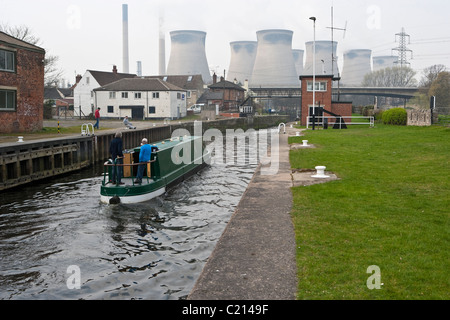 Ferrybridge Lock on the Aire & Calder Navigation looking towards Castleford with Ferrybridge power station in the - Stock Photo