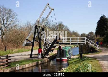 Froncysyllte, Wrexham, North Wales, UK. Narrowboat passing Fron lift bridge at 28W on the Llangollen canal in spring - Stock Photo