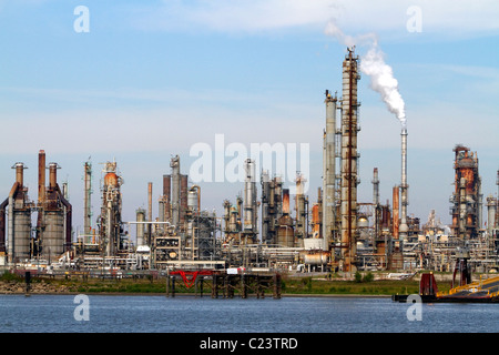 Oil refinery on the Mississippi River near New Orleans, Louisiana, USA. - Stock Photo
