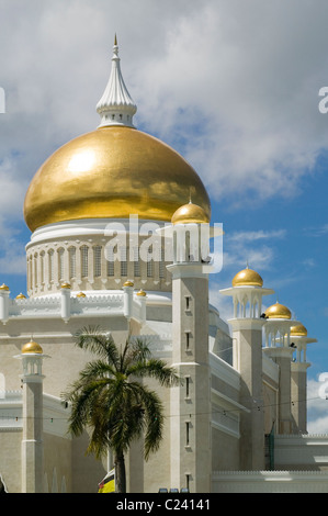 The Sultan Omar Ali Saifuddien Mosque with pure gold dome, minarets and palm trees. - Stock Photo