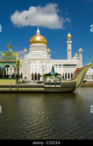 The Sultan Omar Ali Saifuddien Mosque with royal barge Bandar Seri Begawan, Brunei. - Stock Photo