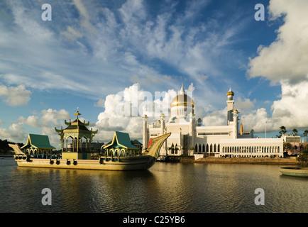 The Sultan Omar Ali Saifuddien Mosque and royal barge at Bandar Seri Begawan, Negara Brunei Darussalam. (Brunei, - Stock Photo
