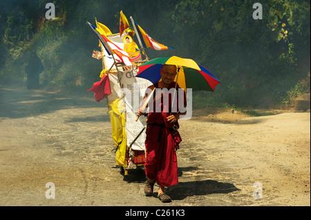 A Buddhist monk on the road, Sri Lanka - Stock Photo