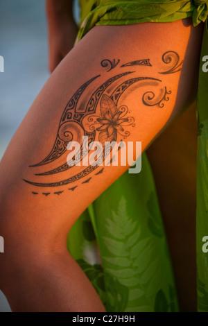 Dancer on Waikiki Beach, detail of tattoo on dancer's leg - Stock Photo