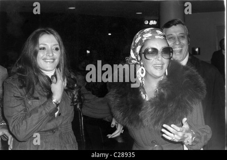 Actress Elizabeth Taylor in fur coat and sunglasses - Stock Photo