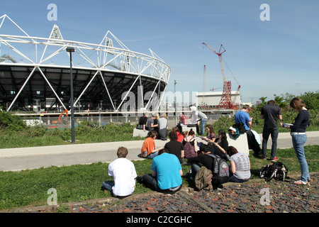 UK.STUDENTS VISITING LONDON 2012 OLYMPIC STADIUM - Stock Photo