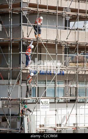 Scaffolders working on a building in Gateshead, Tyneside, UK. - Stock Photo
