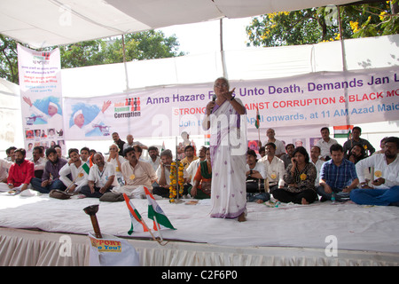 Social activist, Medha Patkar, speaking in favor of the Anna Hazare movement against corruption at Azad Maidan, - Stock Photo