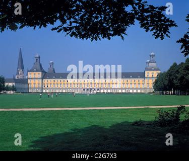 Muensterbasilika und Kurfuerstliches Schloss mit Universitaet am Hofgarten in Bonn, Rhein, Rheinland, Nordrhein - Stock Photo