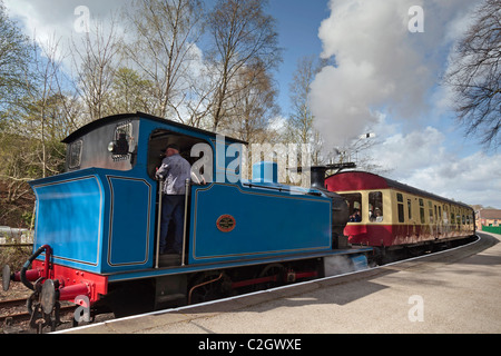 A steam train leaves Lakeside station on the Lakeside and Haverthwaite railway in the lake district on Windermere. - Stock Photo