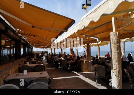 Al Manara, Beirut, Lebanon. Mediterranean cafe, Muslim families. Unlicensed cafes and restaurants on the Mediterranean. - Stock Photo