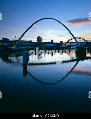 Gateshead Millennium Bridge, Newcastle upon Tyne. Dusk. - Winner of the 2002 Stirling Prize for Architecture - Stock Photo