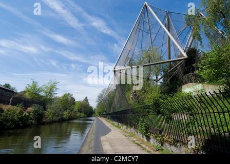 Aviary, Regent's Park Zoo, along Regent's Canal, London. - Stock Photo